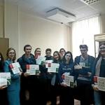 Студенты РГГУ с каталогом выставки о советско-венгерских отношениях